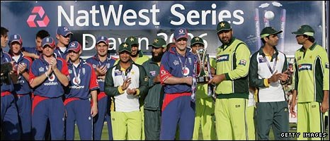 Captains Andrew Strauss and Inzamam-ul-Haq hold the trophy after the ODI series is shared