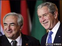 Dominique Strauss Kahn junto con George W. Bush durante la cumbre del G-20