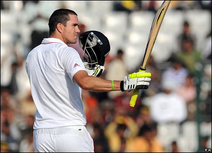 Kevin Pietersen lifts his bat to acknowledge the applause for his century