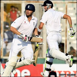 Andrew Flintoff and Kevin Pietersen run a single