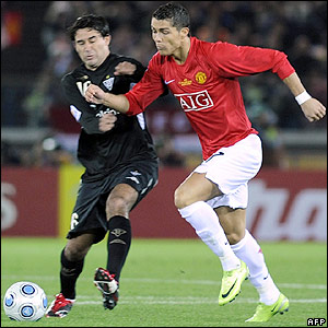 Ronaldo looks to get past Claudio Bieler