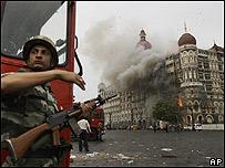 Miembro de las fuerzas de seguridad indias frente al hotel Taj Mahal de Bombay