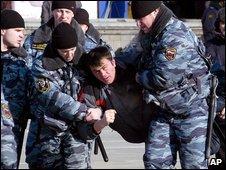 Police detain protesters in Vladivostok, Russia (21/12/2008)