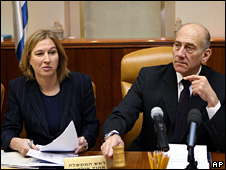Tzipi Livni (left) and Ehud Olmert at the cabinet meeting (21 December 2008)