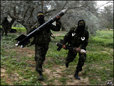 Palestinian militants with rockets in Gaza (20 December 2008)
