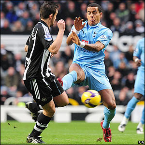 Huddlestone looks to get past Sanchez Jose Enrique