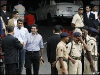 Empleados y fuerzas de seguridad en el hotel Trident-Oberoi de Bombay reciben a los huéspedes