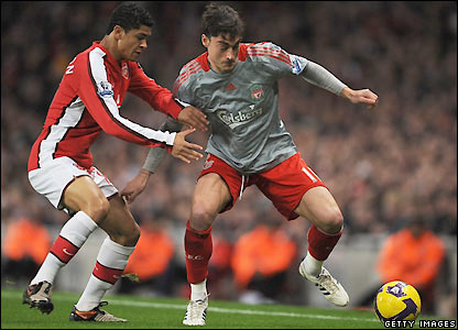 Riera looks to go past Denilson