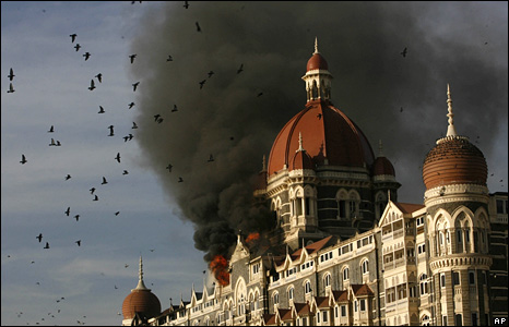 Taj Mahal Palace hotel on fire during the attacks in Mumbai (27 November 2008)
