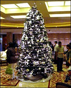 Christmas tree in the lobby of the Taj Mahal Palace and Towers hotel, Mumbai (21/12/2008)