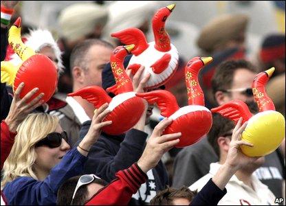 England fans celebrate Rahul Dravid's dismissal