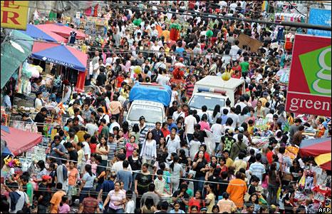 Crowds on a Manila shopping street
