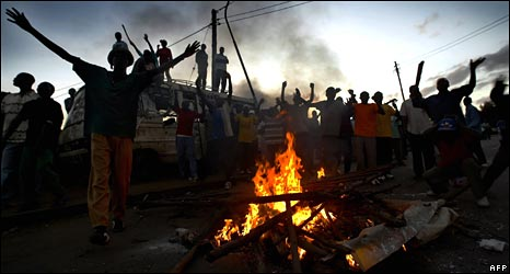Kenyans demonstrate at Nairobi�s Kibera slum on 30 December 2007