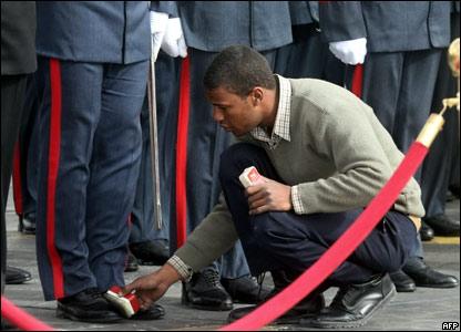 Египтянин чистит ботинки гвардейца
