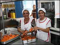 Padres voluntarios en el comedor de la escuela bolivariana