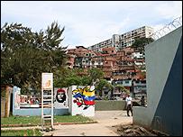 Vista del barrio 23 de Enero de Caracas desde la entrada de la escuela