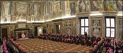 Papa Benedicto XVI en su reunión navideña en la sala Clementina.