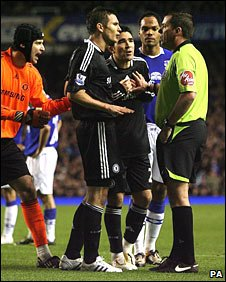 Frank Lampard argues with referee Phil Dowd
