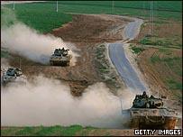 دبابات إسرائيلية على مشارف قطاع غزة