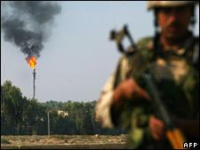 Iraqi soldier on patrol near the Dora oil refinery in Baghdad (2 November 2008)
