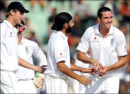 England celebrate Monty Panesar's dismissal of Mahendra Dhoni