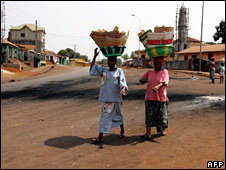 Women walk through Conakry (2007)
