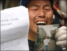 A human rights protester at a demonstration in Beijing (10/12/2008)