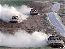 Israeli tanks on Gaza border (22.12.08)