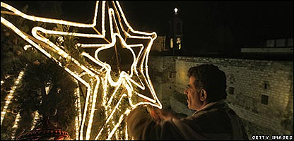 Estrella de Belén siendo encendida en Belén