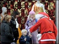 Дед Мороз - он же Санта-Клаус - раздает подарки