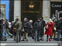 Periodistas frente a las oficinas del inversionista francés.