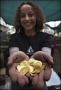 Nadine Ross muestra parte de las monedas de oro halladas en Jerusalén