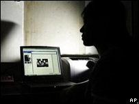 Блоггер у монитора