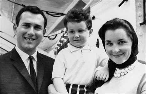 Pinter in 1961 with first wife Vivian and son Daniel