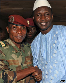 Capt Moussa Dadis Camara shakes hands with Prime Minister Ahmed Tidiane Souare, 25 December 2008 in Conakry, Guinea