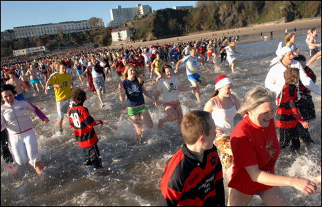 Hundreds of bathers sprint into the sea (Pic: Gareth Davies Photography)
