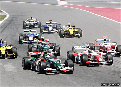 The pack enter the first corner at the Canadian GP in 2004