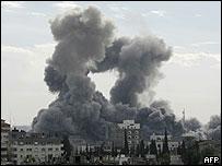 Una cortina de humo se levanta en la Franja de Gaza