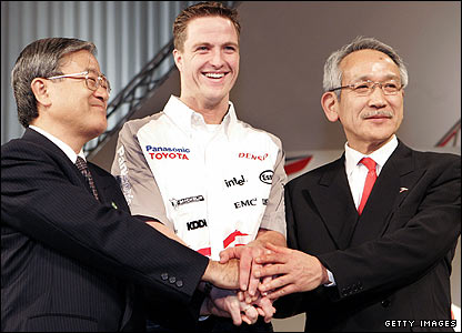 Ralf Schumacher (centre) and Toyota managing director Tetsuo Hattori (left) and Toyota Motorsport chairman Tsutomu Tomita (right)