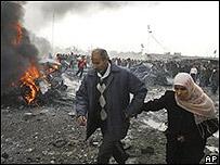 Personas en la zona bombardeada