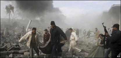 Palestinos tras una incursión aérea israelí en Gaza