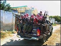 مقاتلون من حركة الشباب في  أحد ضواحي مقديشو