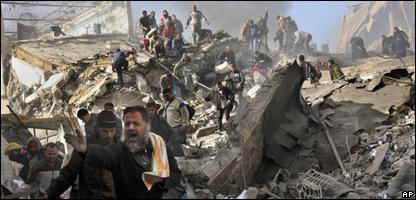 Palestinos tras ataques aéreos israelíes