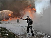جهود مكافحة النيران في مخيم رفح