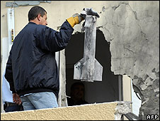 Rocket removed from building in Sderot (24.12.08)