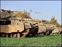 Tanques israelíes cerca a la Franja de Gaza