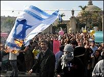 Bandera israel� ardiendo durante protesta