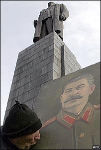Georgiano besa la imagen de Stalin bajo su estatua.