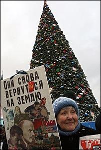 Mujer con pancarta que tiene las im�genes de Stalin y Lenin