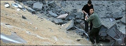 Palestinos en el fondo de un cráter